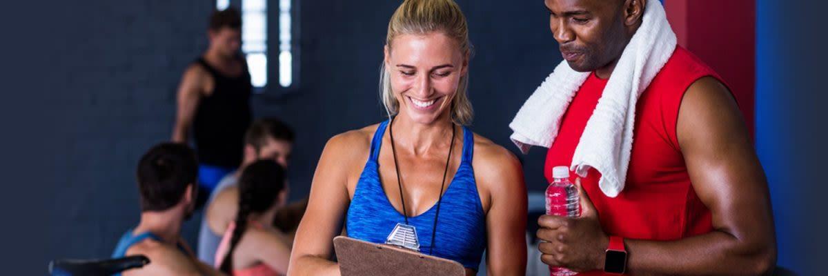 man en vrouw met trainingsschema