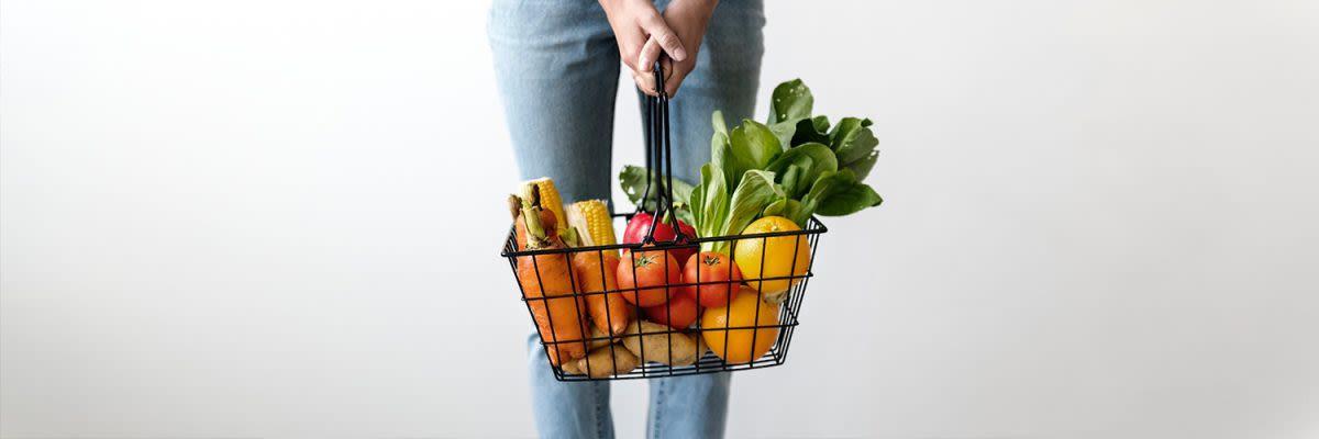 mandje met groenten en fruit