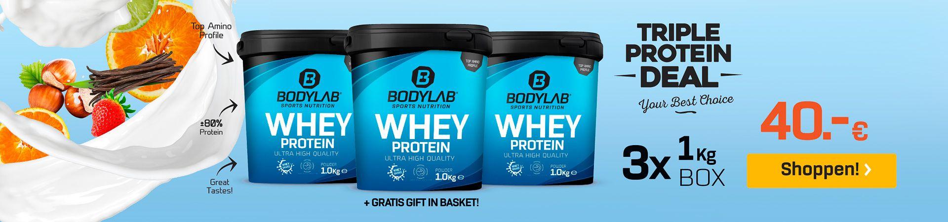 blauwe achtergrond met Whey Protein van Bodylab en de verwijzing naar het aanbod, Fruit en melk aan de linkerkant