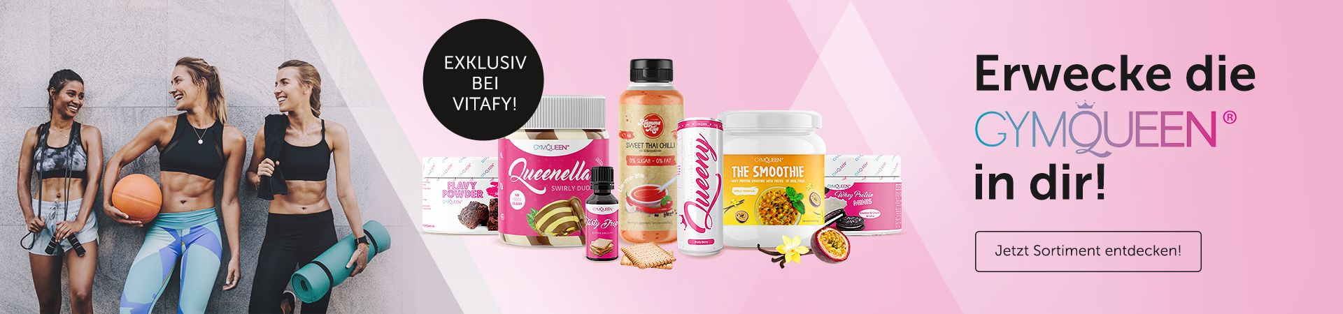 Produkte Flavy Powder, Queenella, Tasty Drops, Mamma Mia, Queeny, The Smoothie und Whey Protein Minis vor Fitness-Foto mit drei Frauen.