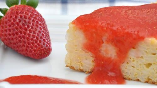 Milchreis Tarte mit Chia Samen und Erdbeer-Rhabarber-Püree