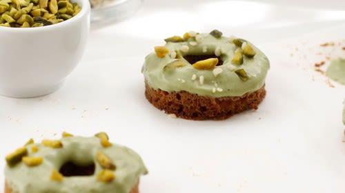 Oster Donuts mit Matcha und Pistazien
