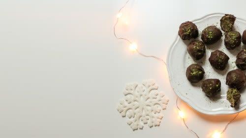 Matcha Coconut Balls umhüllt mit Zartbitterschokolade