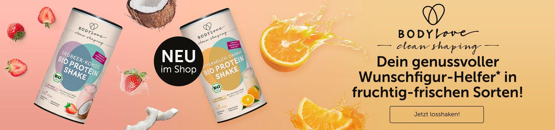 BodyLove Proteinshakes Buttermilch-Orange und Erdbeere-Kokos mit Fruchtdekoration auf orangenem Hintergrund.