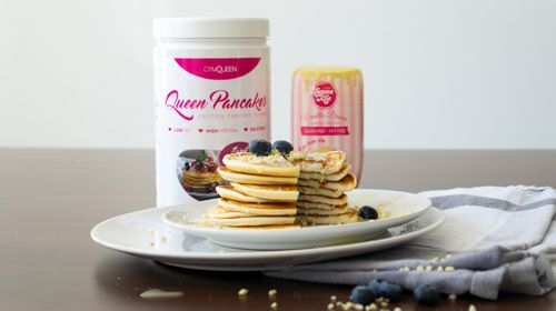 Saftige Snowball Pancakes mit kalorienarmer Vanillesauce