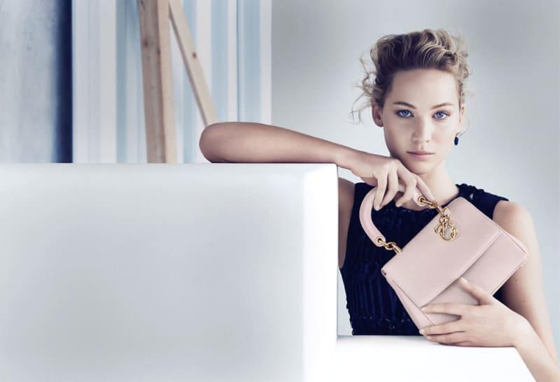 「Be Dior」を持つジェニファー・ローレンス