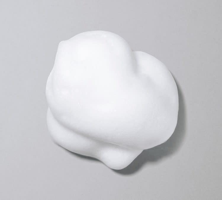 濃密な泡立ちと 泡マスクのような肌への吸着感