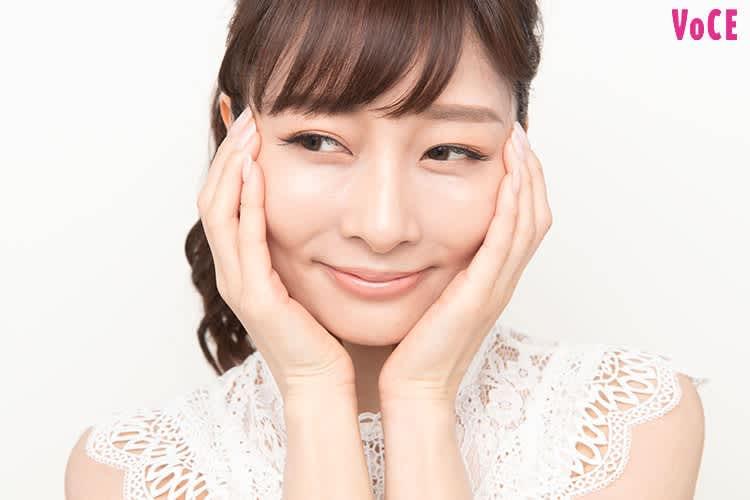 顔を包み込むように手のひらを肌に密着させる石井美保さん