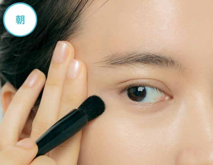 【朝】小ジワをのばしながら筆をシワに垂直に動かし、不要な粉を払って必要な粉を密着させる。