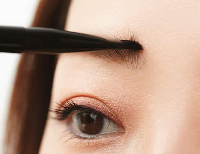 眉頭は毛流れに沿って上方向にブラシを動かしてパウダーで色をつける