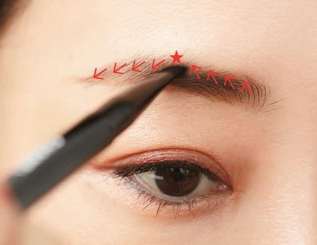 眉上のアウトラインは毛がある部分の1mm上から。眉頭から眉山、眉山から眉尻を、毛流れに沿わせながら色をつけてつなぐ