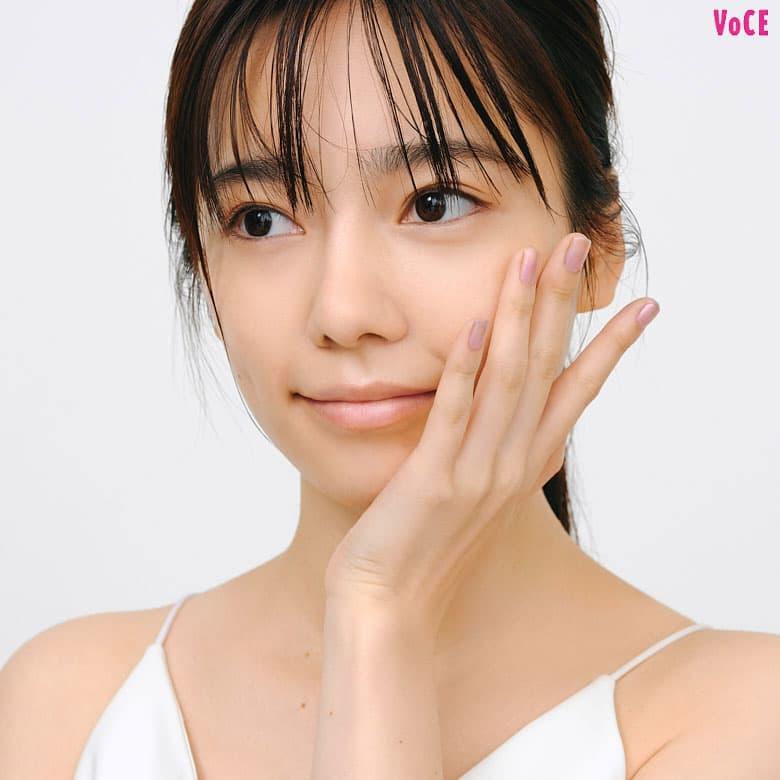 島崎遥香さん化粧下地を顔全体に塗る