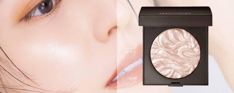 フェイス イルミネーターを頰骨の上や目頭のやや下などに薄くぼかしてツヤ増し。