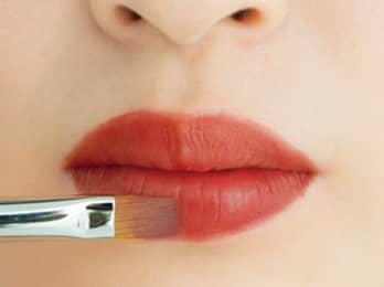 上唇とのバランスを見て、幅を意識して描く。