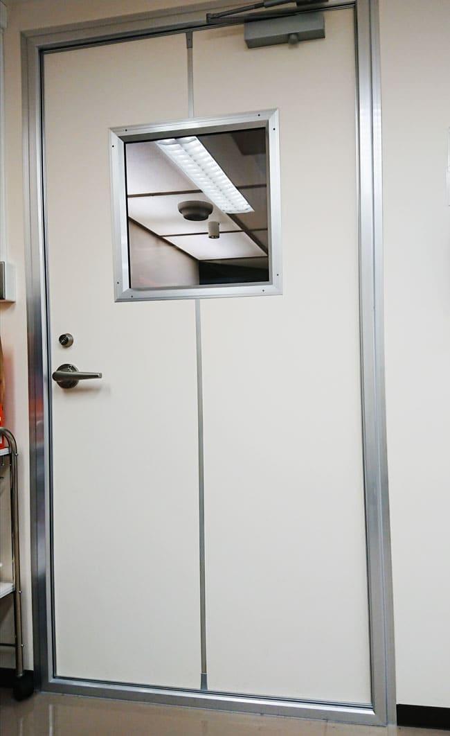 温度や湿度などが完璧に制御された部屋の扉