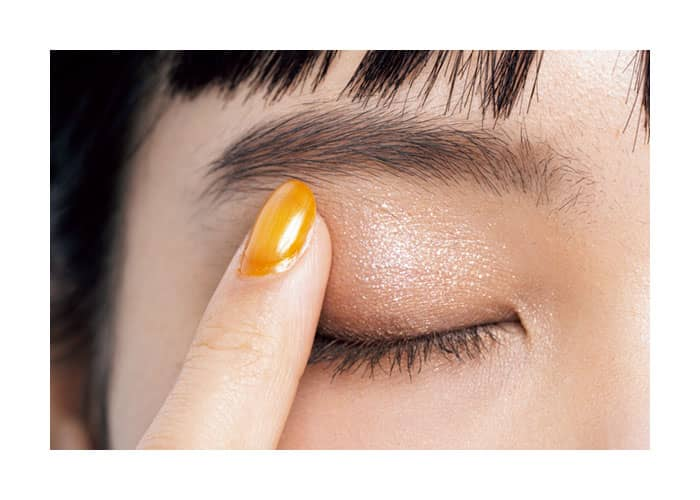 シャドウは指にとり、眉下までペタペタ押しつけ塗り
