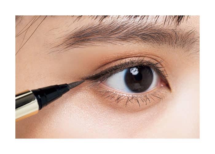 黒目の端から重ねて、まつげの生え終わりより1本分長めに描く