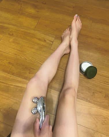 ボディクリームを脚全体にたっぷり塗って、筋肉をリファでつかんでブルブル揺らす