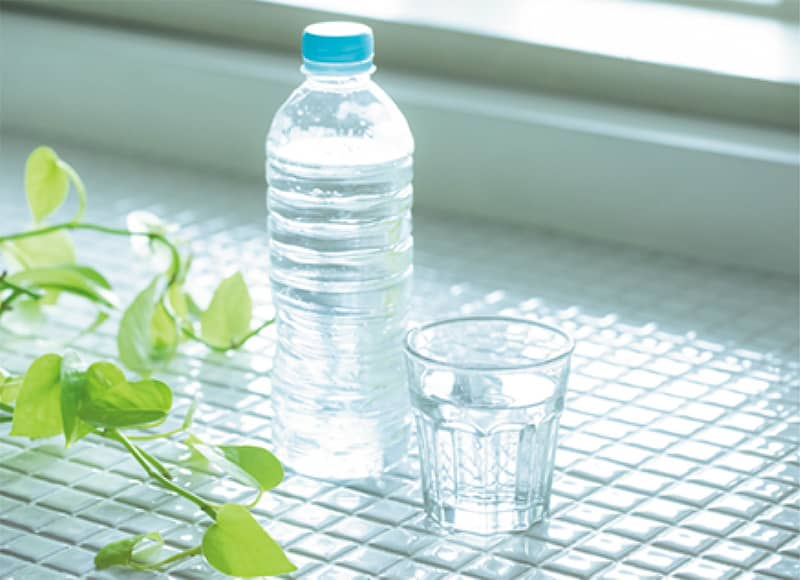 水が入ったペットボトルとコップ