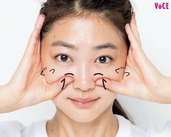 小鼻の横の硬い部分をぐっと押す