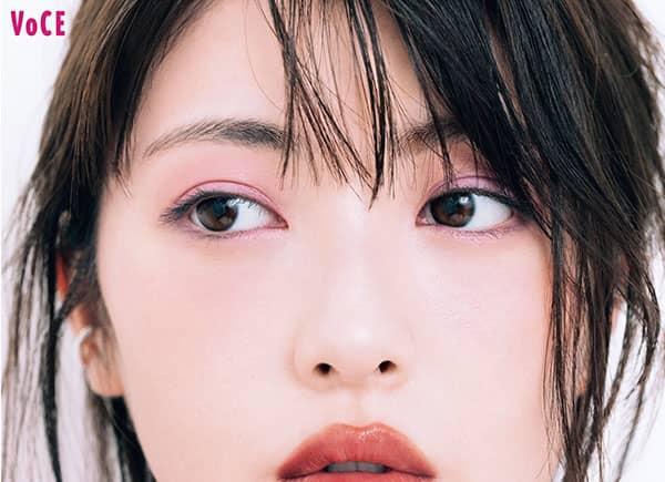 浜辺美波さん/クレ・ド・ポー ボーテ オンブルクルールデュオ 110を塗った目元