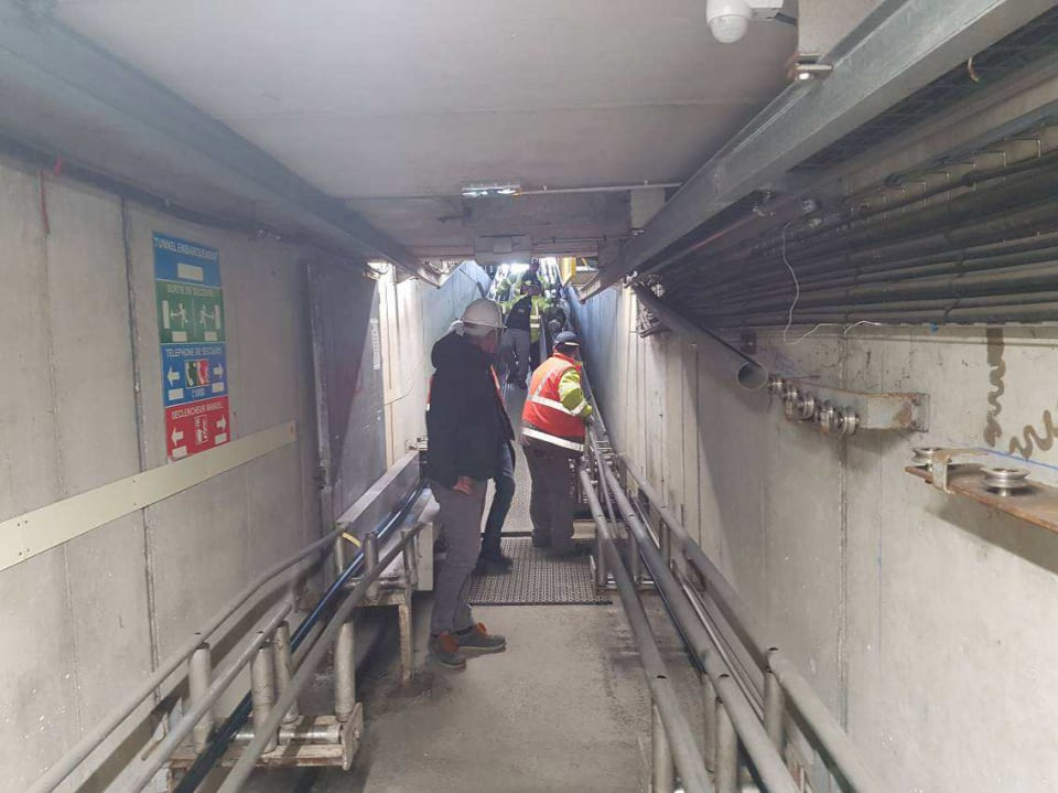 CS2 cable in the tunnel that runs between the factory and the cable ship, escorted by loading staff (credit: ASN)