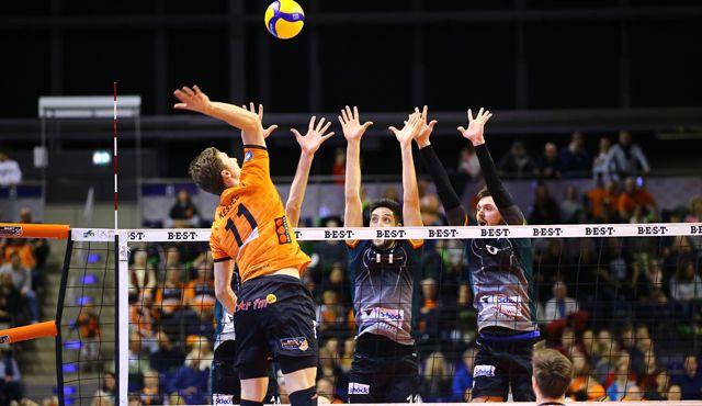 Nach 743 Tagen wieder Pokal im Volleyballtempel  - Foto: Eckhard Herfet