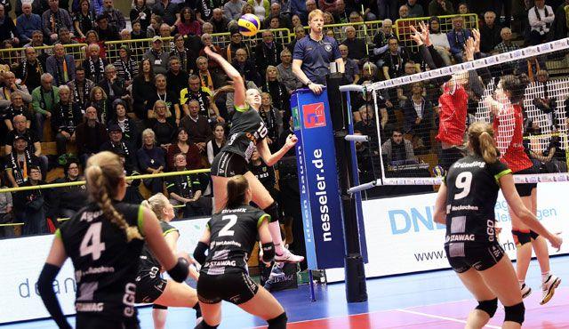 Ladies in Black gewinnen vor knapp 1.000 Zuschauern souverän mit 3:0 gegen VCO Berlin - Foto: Ladies in Black Aachen // Andreas Steindl