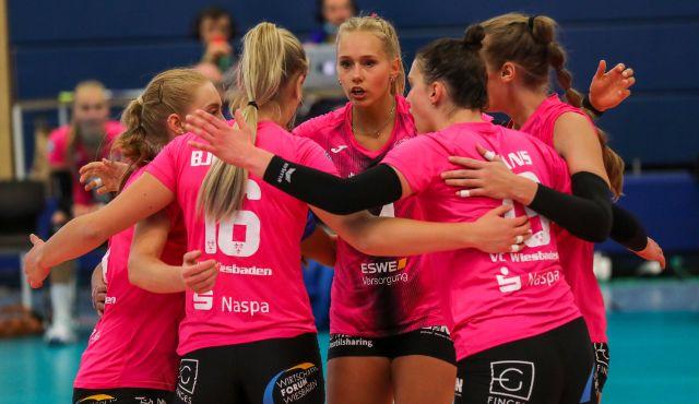 VCW erkämpft Auswärtspunkt gegen den USC Münster - Außenangreiferin Lena Vedder (hinten) und ihr Team konnten in Münster den ersten Tabellenpunkt sammeln.