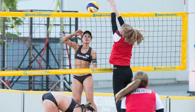 """Deutsche Beachvolleyball-Meisterinnen Chantal Laboureur und Julia Sude feiern ihre Show-Premiere bei """"Beginner gegen Gewinner"""" - Foto: ProSieben / Jens Hartmann"""