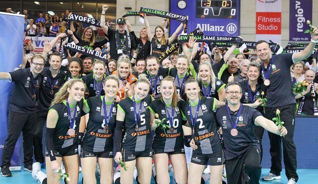 Ladies in Black auf Augenhöhe und mit Bronze - Foto: Ladies in Black Aachen\\ Ulli Mühlhoff