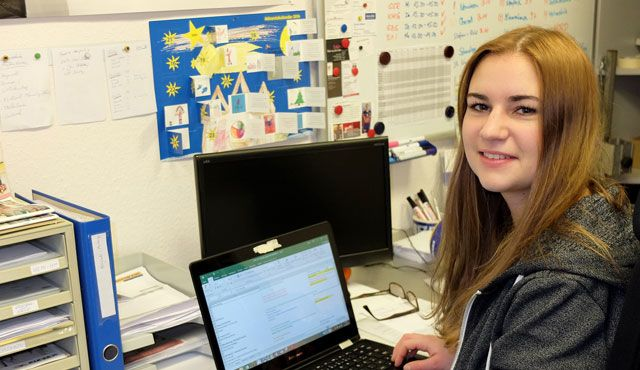Studentin Eline Delcourt hat die Fäden in der Hand - Foto: Gunthild Schulte-Hoppe