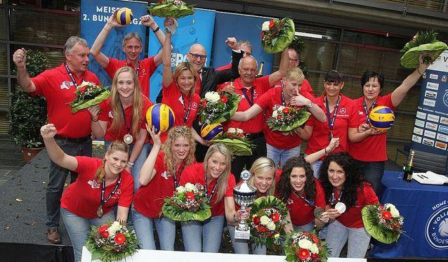 VfL Oythe feiert die Meisterschaft, Cabanska ist Most Valuable Playerin - Foto: Hubert Lammers