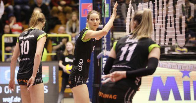 Anna Kalinosvkaja kommt - Foto: Ladies in Black Aachen\ Andreas Steindl