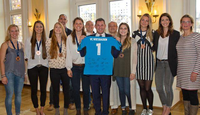 Empfang im Rathaus: Oberbürgermeister Sven Gerich gratuliert VCW zu erfolgreicher Saison - Foto: Detlef Gottwald