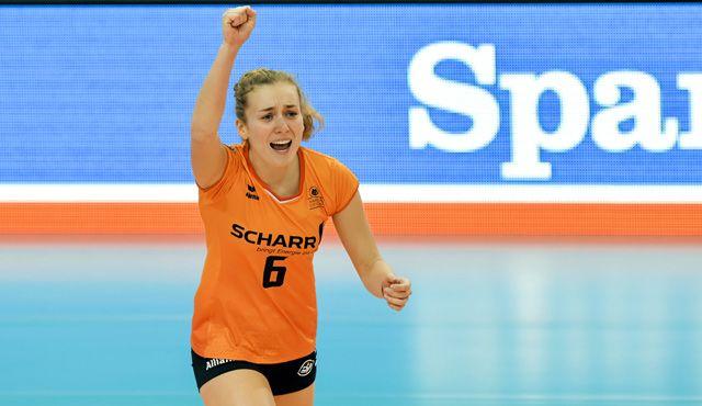 Libero-Spielerin Annie Cesar trägt das orangene SCHARR-Trikot von Allianz MTV Stuttgart für zwei weitere Jahre - Foto: Tom Bloch