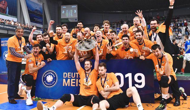 Final-Spektakel: ERIMA Volleyballteams MTV Stuttgart und Berlin Recycling Volleys gewinnen die deutsche Meisterschaft - Foto: Günter Kram