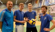 Die YoungStars Ben-Simon Bonin und Leon Meier (2. und 3. von links) im Gespräch mit ihren Trainern Adrian Pfleghar (rechts) und Bogdan Jalowietzki. Foto: Gunthild Schulte-Hope