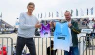 DVV-Präsident René Hecht und Gorden Brockmann, Geschäftsführer von hummel, zeigten in Timmendorfer Strand erste hummel Trikots Foto: Conny Kurth / DVV