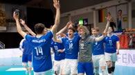 Gewonnen! Die YoungStars freuen sich mit Milan Krvzic (Nr. 14) über die Auszeichnung als wertvollster Spieler (MVP) Foto: Günter Kram