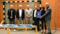 Oberstudienrätin Monika Seidl (2. Von rechts) und Studiendirektor Christian Wagner (1. Von rechts) freuten sich über die Auszeichnung durch Achim Engelking (Landesstelle für den Schulsport, 1. Von links) und BVV-Präsident Klaus Drauschke (2. Von links). A Foto: BVV