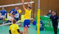 Ben Bonin greift an - und Mimmenhausens Zuspieler Federico Cipollone kann dem Ball nur hinterherschauen Foto: Günter Kram