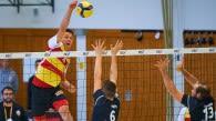 Laurin Derr im Angriff gegen die Freiburger Frisch und Kurppa beim 3:1 Hinspielsieg der BADEN VOLLEYS Foto: Andreas Arndt