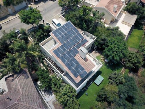 בית השמש העולה*: כיצד המערכת הסולארית מעלה את ערך הבית שלך?