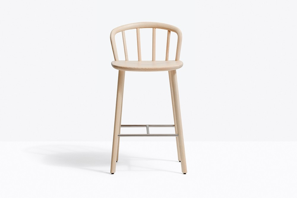 Nym 2838 zoom2.jpg _Pedrali_Italy_NYM 2838_DESIGN:CMP DESIGN_barstool_structure of the English Windsor chair_arched backrest_elliptical-section bentwood_shaped solid wooden seat to form an armrest_Solid ash wood legs and a stainless steel footrest_ Seat height 655 mm. Nym 2838 zoom2.jpg