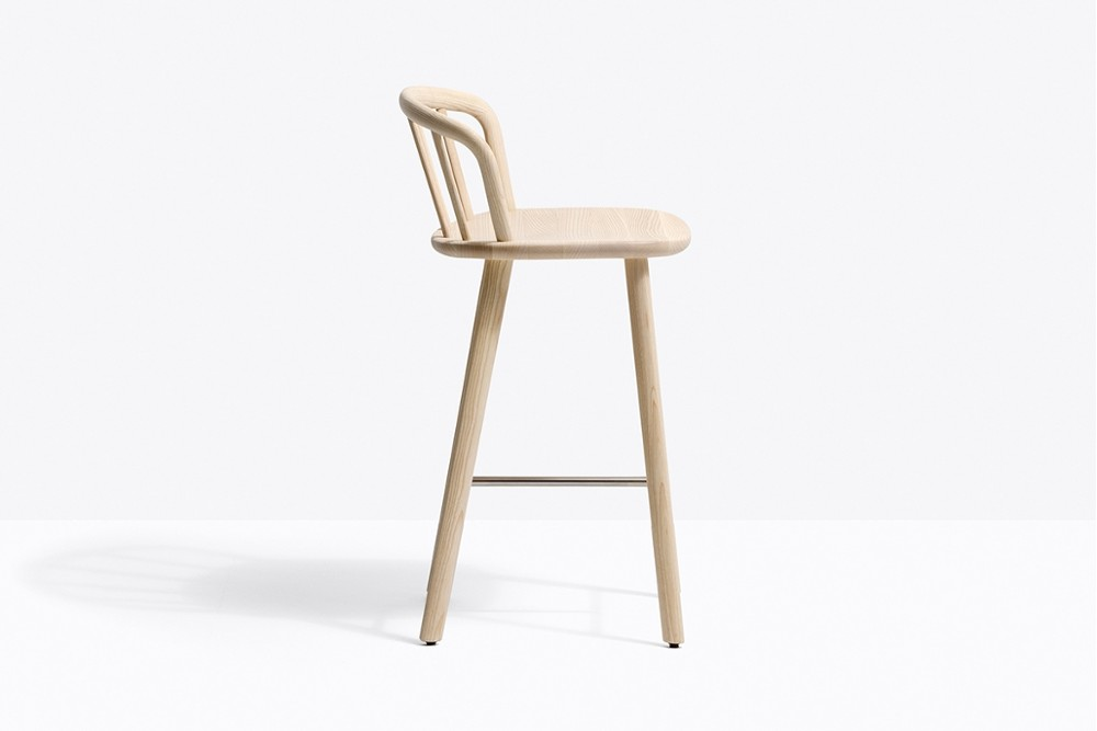 Nym 2838 zoom.jpg _Pedrali_Italy_NYM 2838_DESIGN:CMP DESIGN_barstool_structure of the English Windsor chair_arched backrest_elliptical-section bentwood_shaped solid wooden seat to form an armrest_Solid ash wood legs and a stainless steel footrest_ Seat height 655 mm. Nym 2838 zoom.jpg