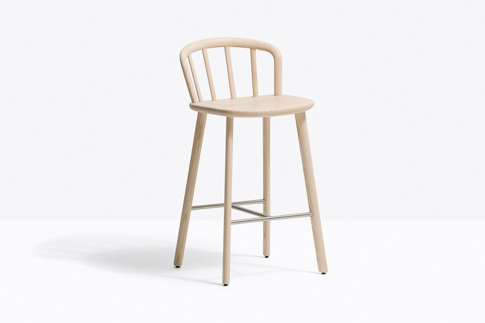 Nym 2838 zoom3.jpg _Pedrali_Italy_NYM 2838_DESIGN:CMP DESIGN_barstool_structure of the English Windsor chair_arched backrest_elliptical-section bentwood_shaped solid wooden seat to form an armrest_Solid ash wood legs and a stainless steel footrest_ Seat height 655 mm. Nym 2838 zoom3.jpg