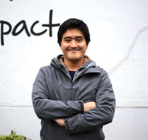 卒業生のストーリー:単調なサラリーマン生活から一転、スタートアップのウェブ開発者へ。