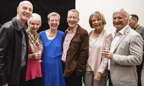 Peter a Janet Swinburn (ar y chwith) gyda Margaret Jervis a Richard Morgan (cyd-sylfaenwyr Valley's Kids & Carolyn a Phil Evans.