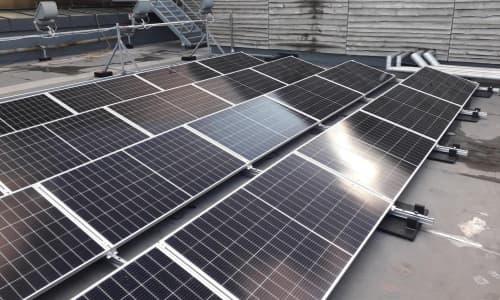 Gosod modiwlau solar ar ein to ar ochr dde's adeilad
